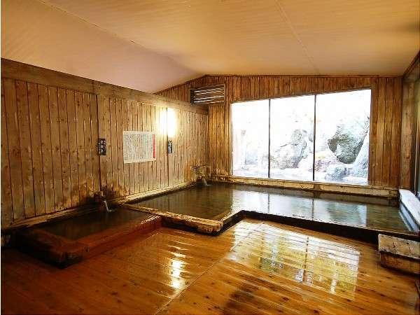 大浴場の総檜造りの内湯には、ぬる湯とあつ湯の2種。交互に入ると効果的♪