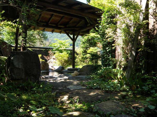 屋根付き露天風呂四季折々の植物とともに。