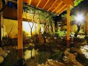 貸切露天は館内に2箇所。木々に囲まれた岩露天