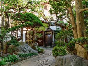【外観】老舗旅館の風情を醸し出す玄関入口の門構え
