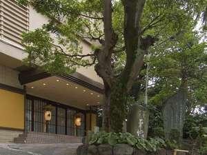 熱海駅から徒歩2分の便利な立地です。商店街も目の前。