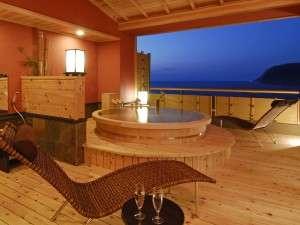 露天風呂付特別室「桜桃花」の露天風呂は直径が2mと広々。思い思いに湯浴みを楽しんで