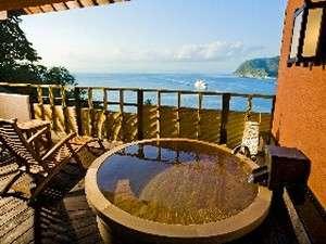 贅の和洋室の桧露天風呂。出船、入船を眼下に駿河湾一望のロケーション
