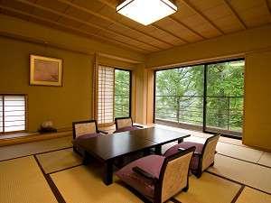 窓からの緑を眺めながらゆったり過ごせる角部屋