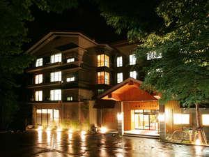静寂の白骨温泉の森の中に佇む白船グランドホテル