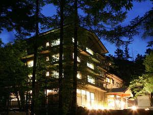 夕暮れの空に映える白船グランドホテル外観