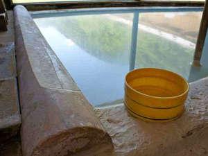 内湯に映る夏の青空