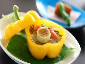 鮮度良い地の野菜を使う彩り鮮やかな一品