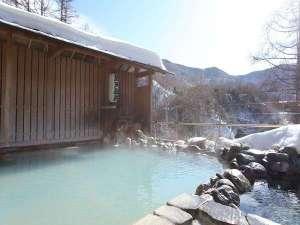 青空が映る冬の露天風呂