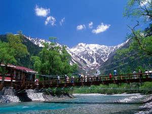 新緑が萌える上高地河童橋!清流梓川の雪解け水の冷たさも感じて下さい。
