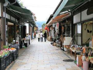 一年を通して歩行者天国の「繩手商店街」昔の町並みが再現されレトロな雰囲気