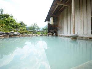 たっぷり贅沢な白い温泉が愉しめるその日の天候により色が変わります