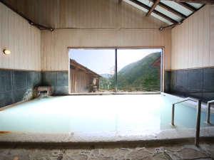 硫黄の香りと白い温泉が味わえる内湯