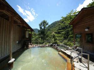 女性露天風呂その日の天気で温泉の色が変わります。