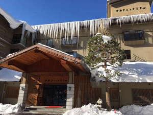 青空に映える白船グランドホテル冬の外観