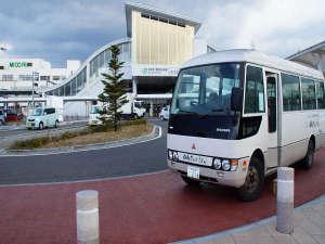 無料送迎バスバスの向こうに見えるのが松本駅西口(アルプス口)です。