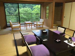 大きな窓から緑の山並みが見られる新館12.5帖の和室