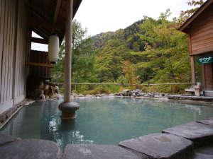 その日のお天気や入浴人数により、日々温泉の色が変わります。10/17撮影