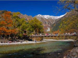 紅葉の上高地河童橋と冠雪した穂高連峰