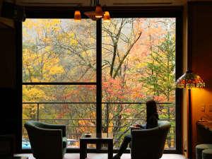 紅葉を眺めながらラウンジでコーヒーはいかがでしょうか?