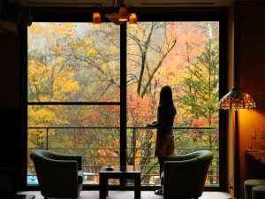 コーヒーを飲みながらラウンジで紅葉を満喫♪※2017.10.25撮影