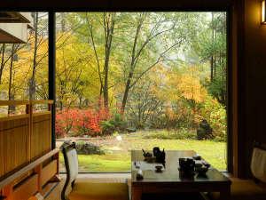 お食事処から紅葉の中庭を望む一枚