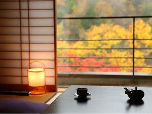 紅葉が眺められるお部屋