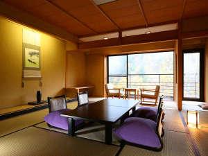 紅葉が眺められる新館和室12.5帖一例