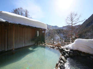 爽やかな青空が映る冬の露天風呂