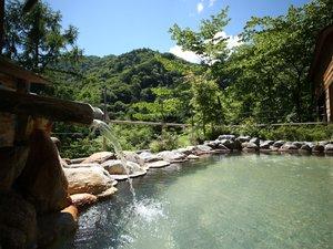 露天風呂の色は天候や入浴人数により日々変化します。内湯は乳白色の湯です。