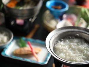 朝食の温泉粥など和朝食一例