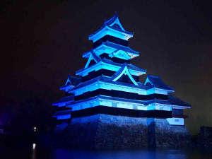 11月14日 世界糖尿病デー啓発運動で青色にライトアップされた松本城