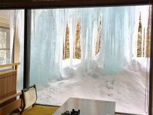 当館、真冬の風物詩みごとな「つらら」♪