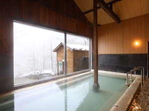 大きな窓から雪景色を眺めながら温泉に浸って下さい(2020.1.7撮影)