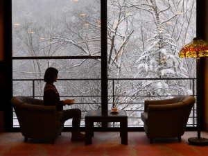 雪を眺めながらコーヒーが頂けるラウンジ(2020.1.8撮影)