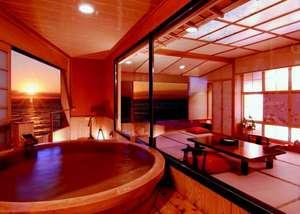 夕陽見の角部屋「やさしさに包まれて」。直径190cm温泉かけ流し露天風呂付