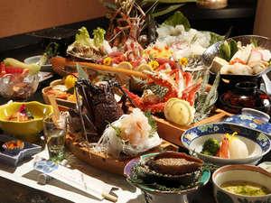 【夕食】「潮騒(しおさい)膳」地魚の姿造りとお一人様ごとにイセエビとアワビ付