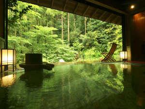 新館詩季亭ご宿泊者さま専用の、貸切露天風呂「山水」 。自然の中で温泉をお楽しみいただけます。