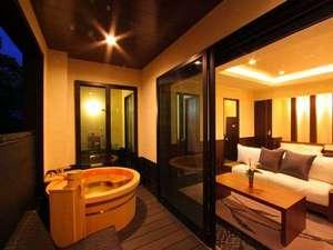 【客室】ベッドスペース+リビングスペースにシャワーブース付 露天付洋室