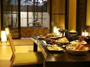 夕食・朝食ともに客室にてゆったりと(一例:松籟)