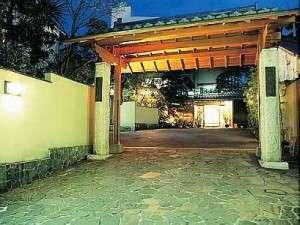 【外観】熱海の街中に位置する創業75年の純和風宿でございます