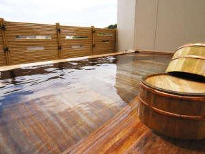 露天風呂「月星の湯」。木の香りと、心地よい海風で、ヒーリング効果もアップ♪