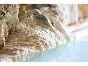 湯舟に付着、凝固した温泉成分