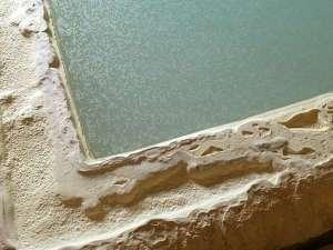 温泉成分が堆積して石灰化しているんです。