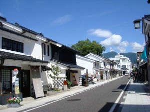 土蔵造りの街並みが独特のの雰囲気を醸し出している