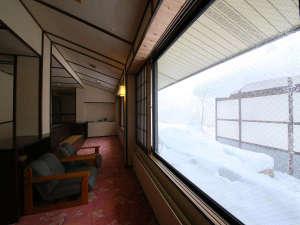 雪景色を眺め静かに過ごす白骨温泉