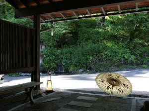 ゑびすや玄関前には、小さな滝が流れ心地よい水の音がします。