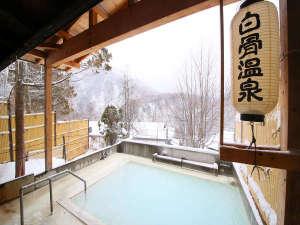 源泉掛け流しの乳白色の湯を贅沢に味わえる露天風呂