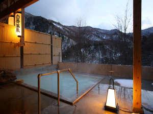 雪が残る山を眺めながたっぷりのら温泉を満喫!
