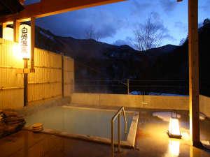 音のない世界が広がる、夕暮れの露天風呂